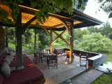 <h5>3 A cantilevered deck completes the outdoor entertaining area</h5>